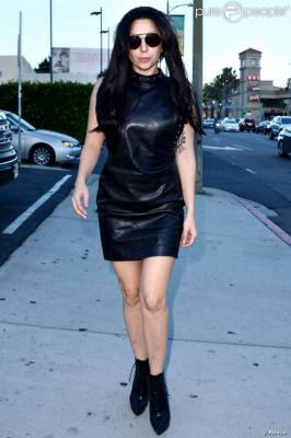 1213757-lady-gaga-walks-sunset-blvd-back-to-620x0-1.jpg